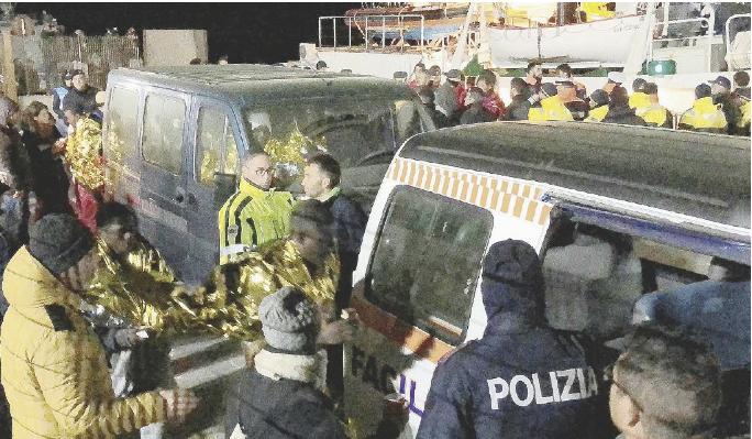 """Mediterranea salva 49 persone. Salvini """"chiude"""" le acque"""